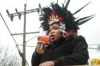 Une femme sur un char lors d'une parade, qui fait à peu près comme tout le monde : boire.
