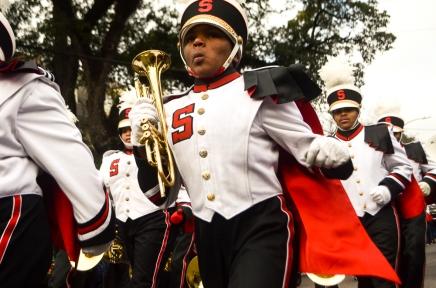 Jeune tromboniste pendant une parade, lors du carnaval.